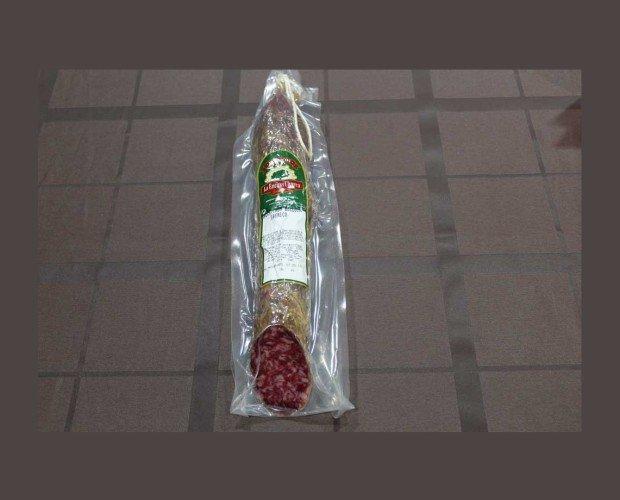 Salchichón Ibérico. Adobado con pimienta negra sin moler, vino blanco de calidad y otras especias