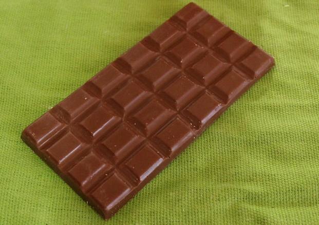 Tableta de chocolate con leche. Chocolate para alérgicos y celíacos