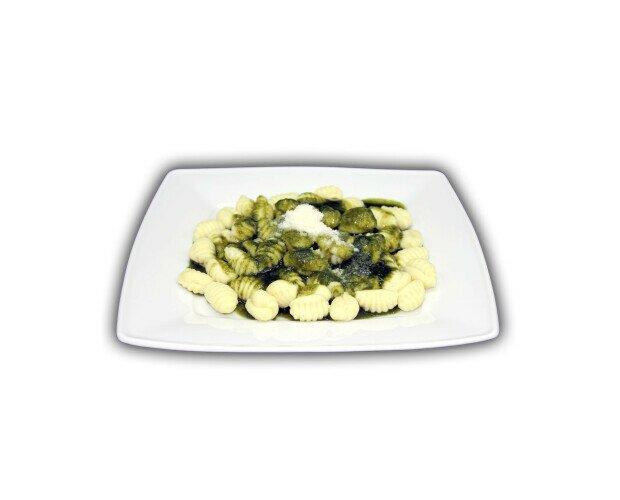 Gnocchi con Pesto de Albahaca. Ingredientes: harina de patata y salsa pesto albahaca.