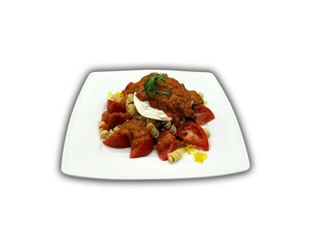 Ensalada fusilli con Burrata. Salsa pesto rojo: tomate seco, queso Grana Padano y almendra granillo