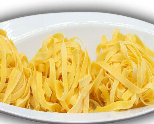 Tagliatelle al huevo. Elaborada con semola de grano duro. Puede servirse en fresco y seco