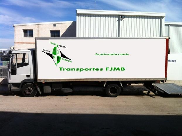Camión mediano. Camión de 6 metros de caja