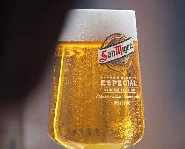 Cerveza. Barriles de Cerveza con Alcohol. Exquisito sabor