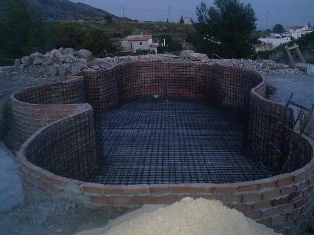 Construcción de Piscinas.Armadura de acero en losa y muros de piscina obalada