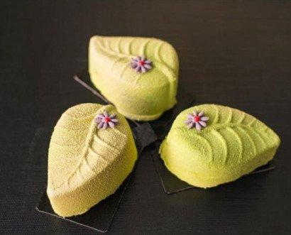 Green. Mousse ligera de chocolate blanco, compota de mango con vainilla ybizcocho de Tè verde matcha