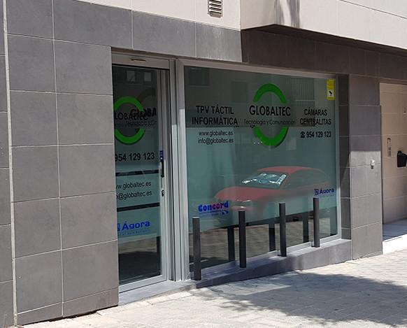 Entrada Globaltec. Escaparate y entrada a nuestras oficinas