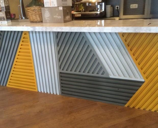 Barras de Bar.Decoración frente barra madera lacada.