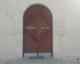 Carpintería de Madera.Puerta de entrada de madera maciza