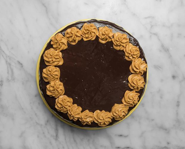 Pastel Rmón Novarro. Elaborada de unas riquísimas y esponjosas capas de bizcocho de chocolate, rellenas y recubiertas de una deliciosa mousse de dulce de leche
